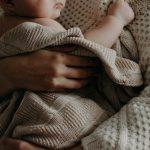nouveau-né dans les bras de sa maman